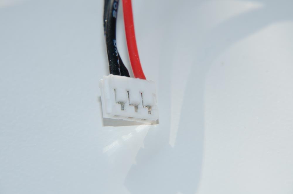 mit spitzem Gegenst Auf die richtige Polung achten Evtl Adapter JST-Buchse auf JR-Stecker-Achtung