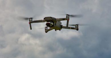 DJI Mavic 2 Drohne im Flug Schrägansicht