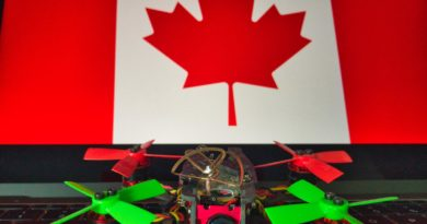 Kanda Flagge und Drohne auf Macbook Pro