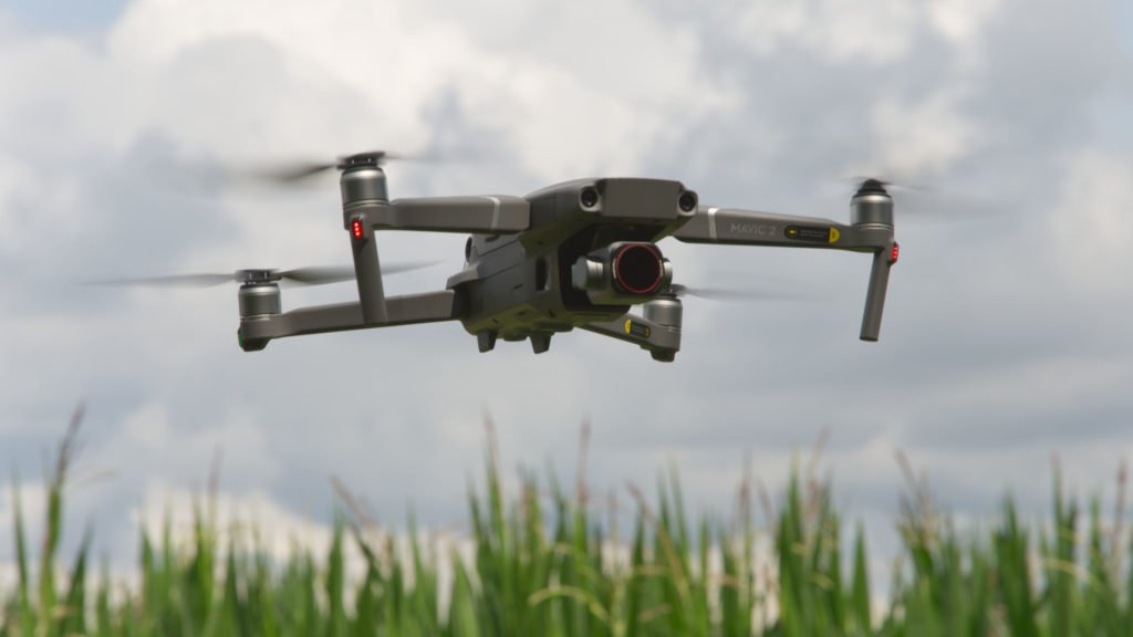 Mavic 2 Pro Drohne im Flug vor einem Feld