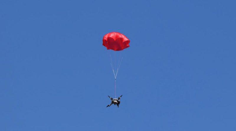 ParaZero Drohnen Fallschirm in Aktion mit einer Mavic 2