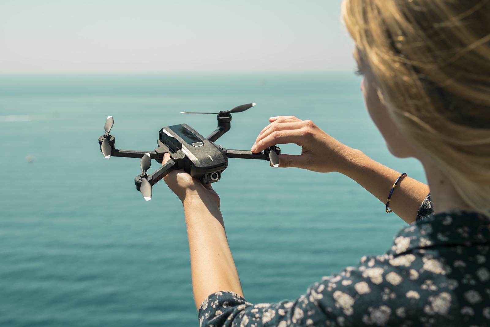 Yuneec Mantis Q Drohne in der Hand