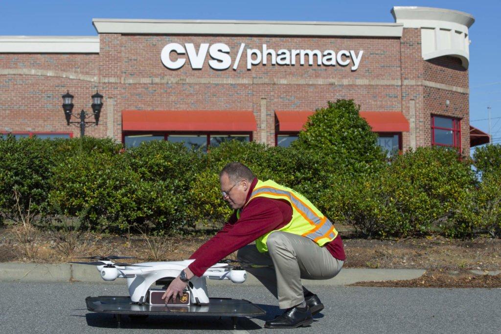 Die UPS Drohne wird mit Medikameneten zur Auslieferung beladen