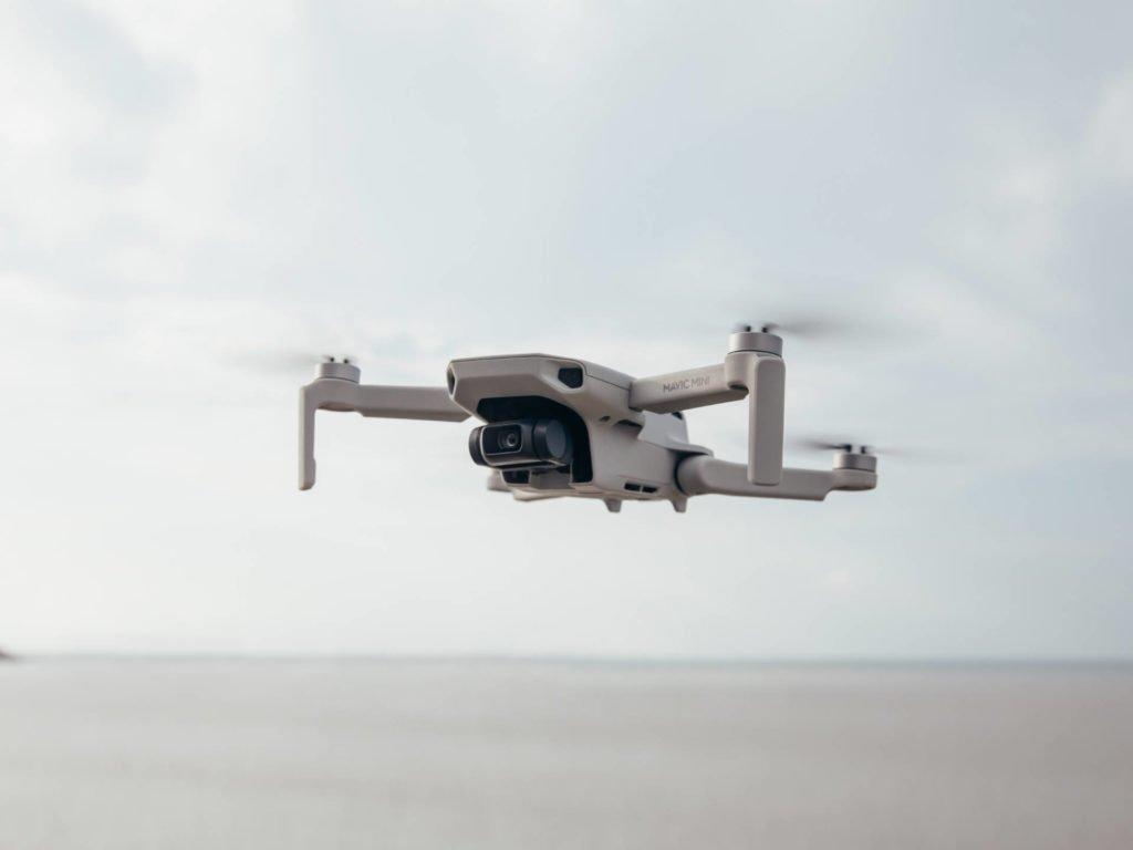 DJI Mavic Mini Drohne im Flug am Strand