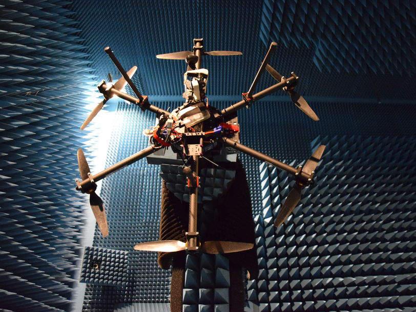 Drohne wird im Labor via Radar vermessen