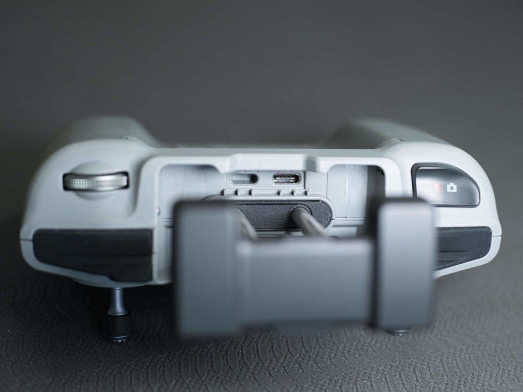 Die Verbindung zum Smartphone erfolgt über USB