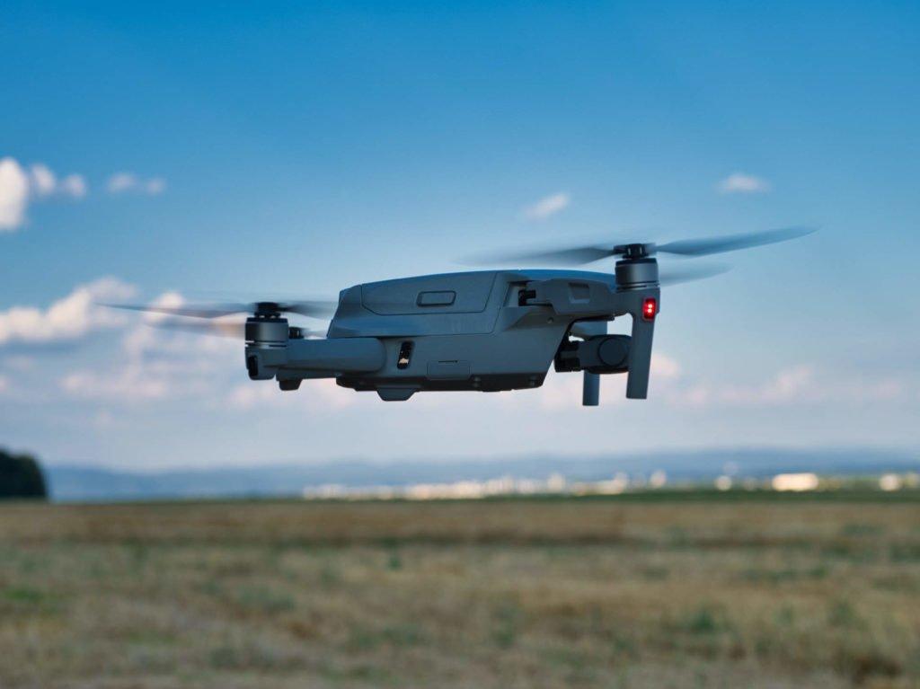 Die Mavic Air 2 Drohne seitlich im Flug