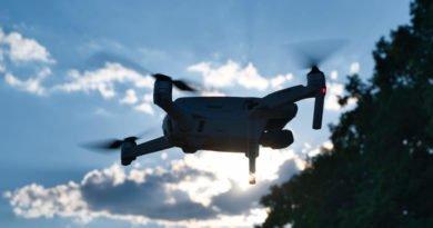 Die Drohne vor der Sonne