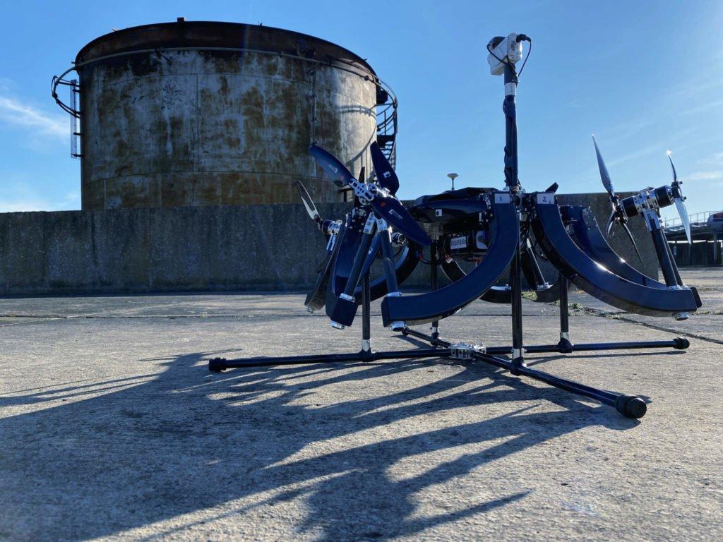 Skygauge Drohne vor einem Tank