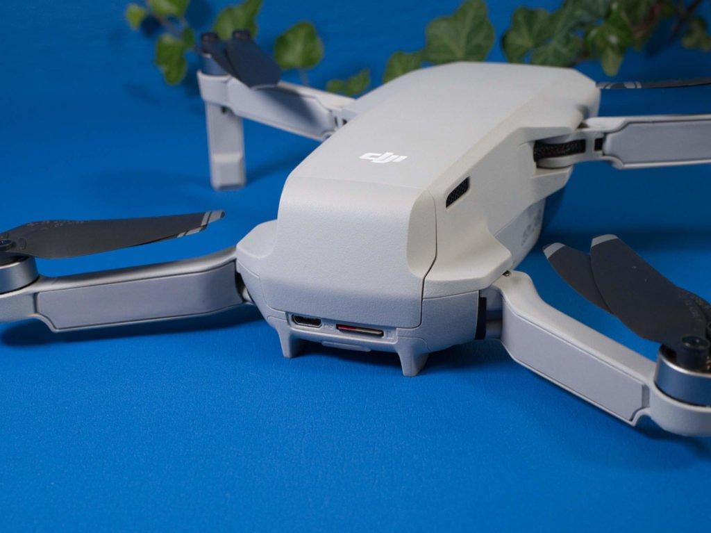Der SD-Karten-Slot im Heck der Drohne