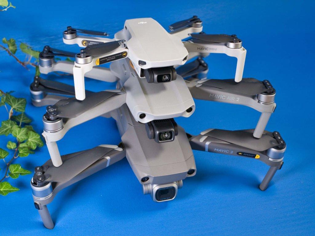 Mavic Mini, Mavic Air 2 und Mavic 2 Pro Drohnen schräg seitlich