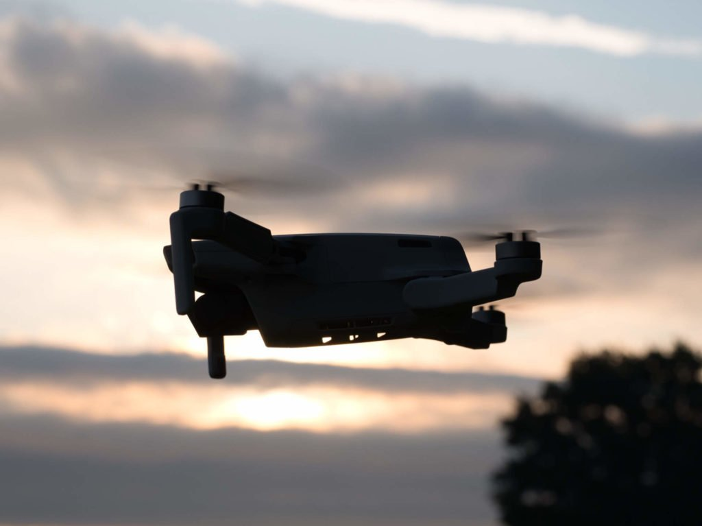 Silhouette der Drohne im Flug