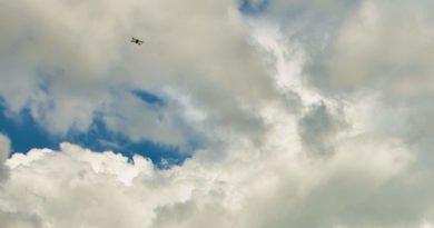 Drohne im Flug am Himmel in der Ferne