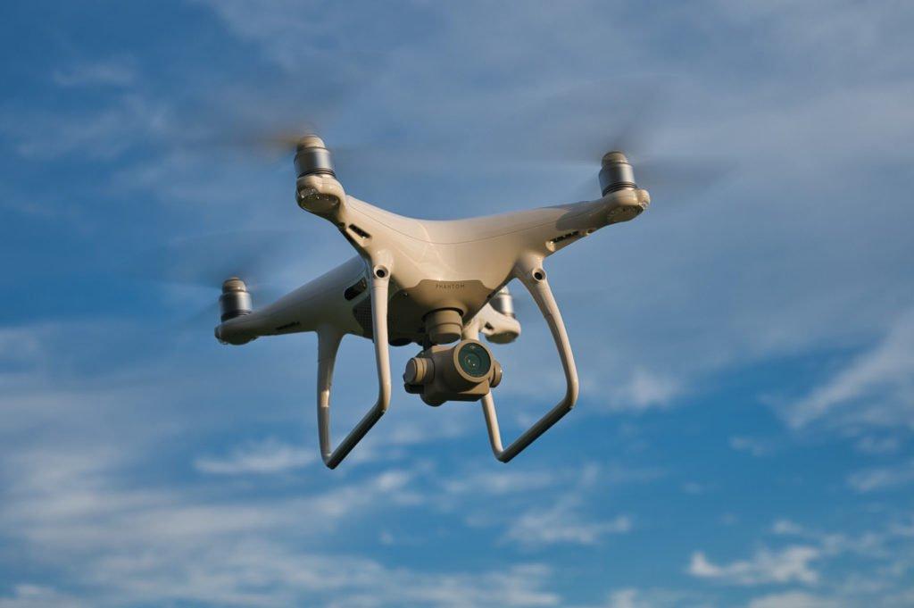DJI Phantom 4 Pro V2.0 Drohne schwebend