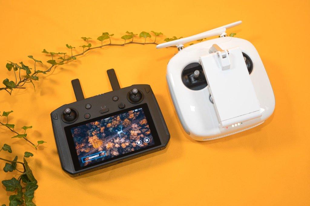 Die Drohne lässt sich mit beiden Fernsteuerungen steuerm