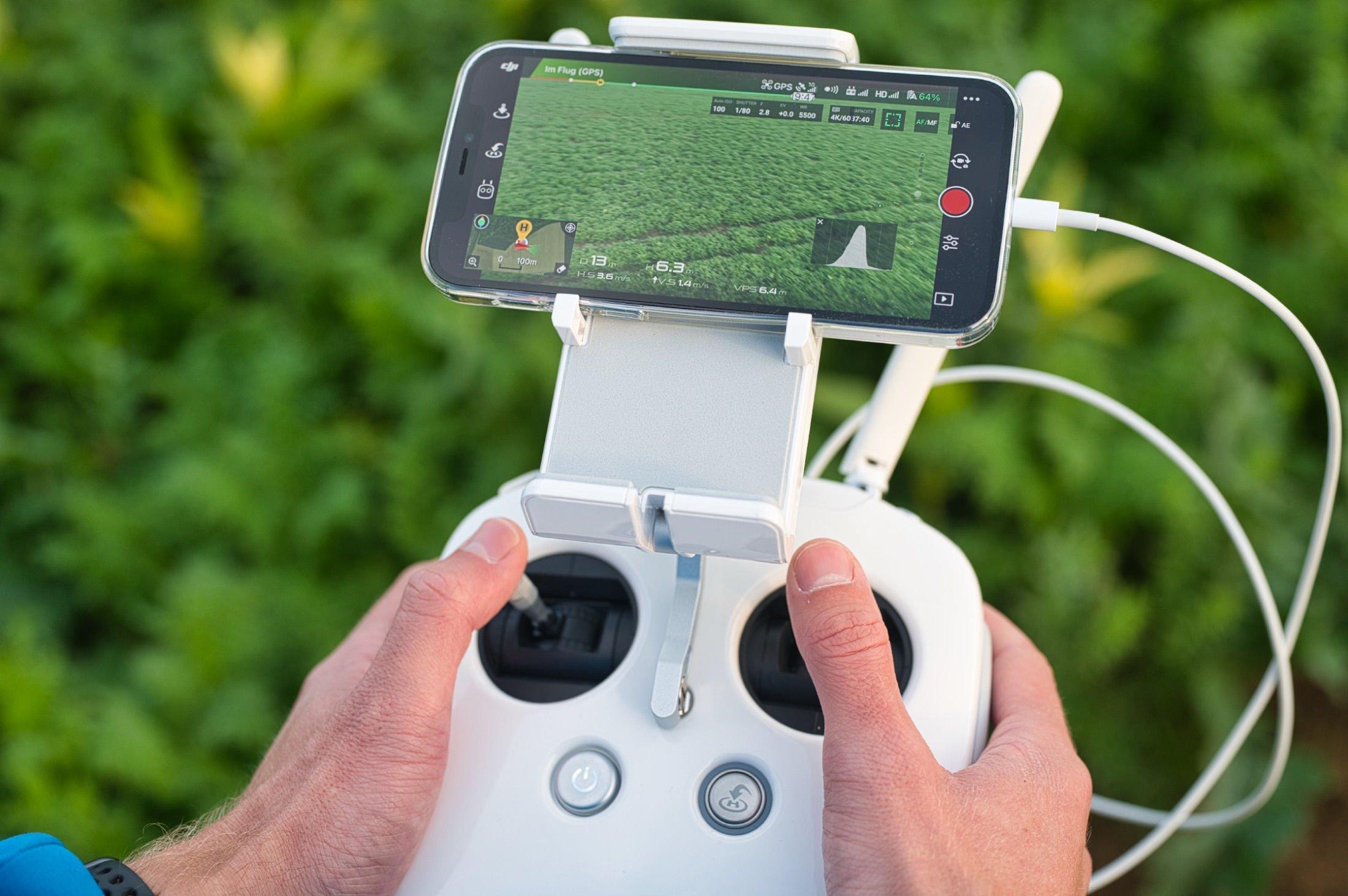 GL300L Controller und iPhone 12 Pro bei der Arbeit
