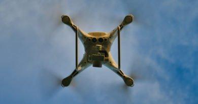 P4P V2.0 Drohne von unten im Flug