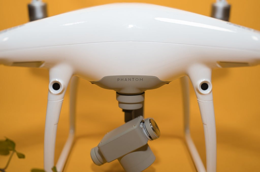Zwei Kameras auf der Vorderseite ermöglichen räumliches Sehen der Drohne