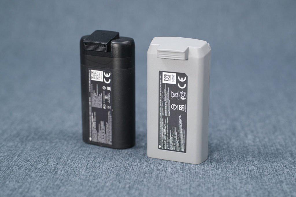 Mini 2 und Mavic Mini Akkus stehend