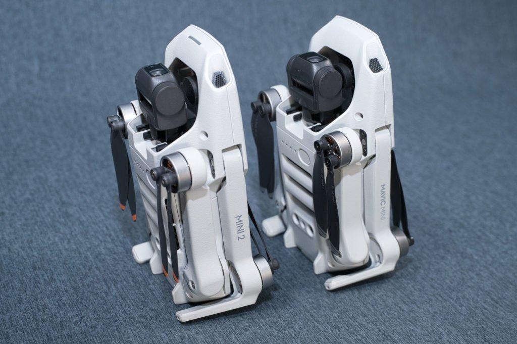 Mini 2 und Mavic Mini stehend