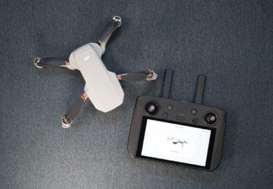 DJI Smart Controller und DJI Mini 2 Drohne von oben