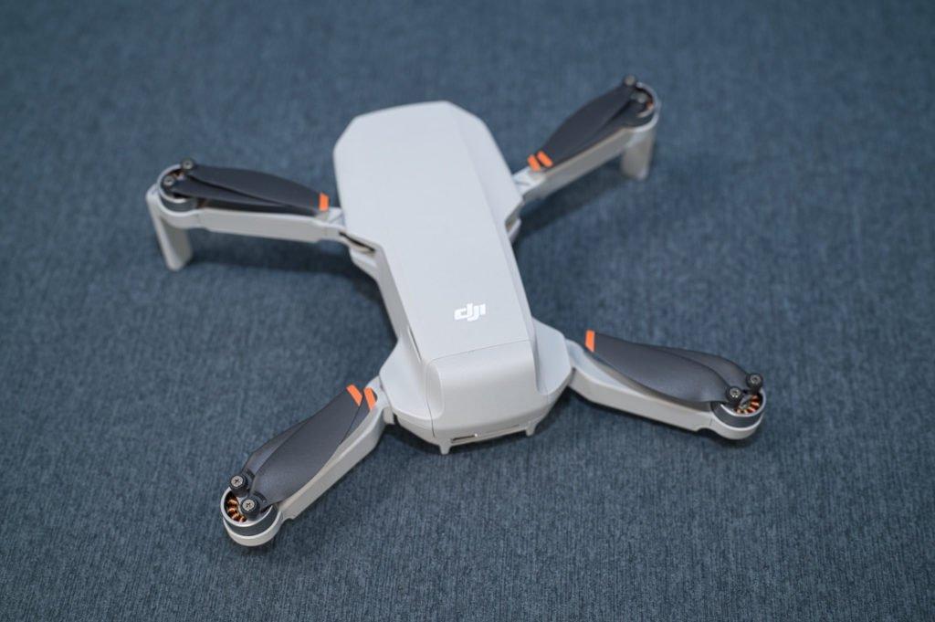 Mini 2 Drohne schräg von hinten