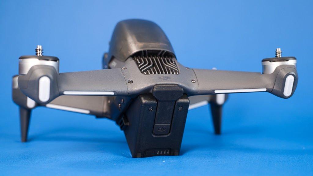 DJI FPV Drohne - Rückseite mit eingesetzem Akku