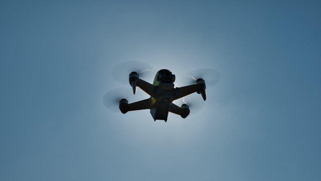 DJI FPV Drohne vor der Sonne
