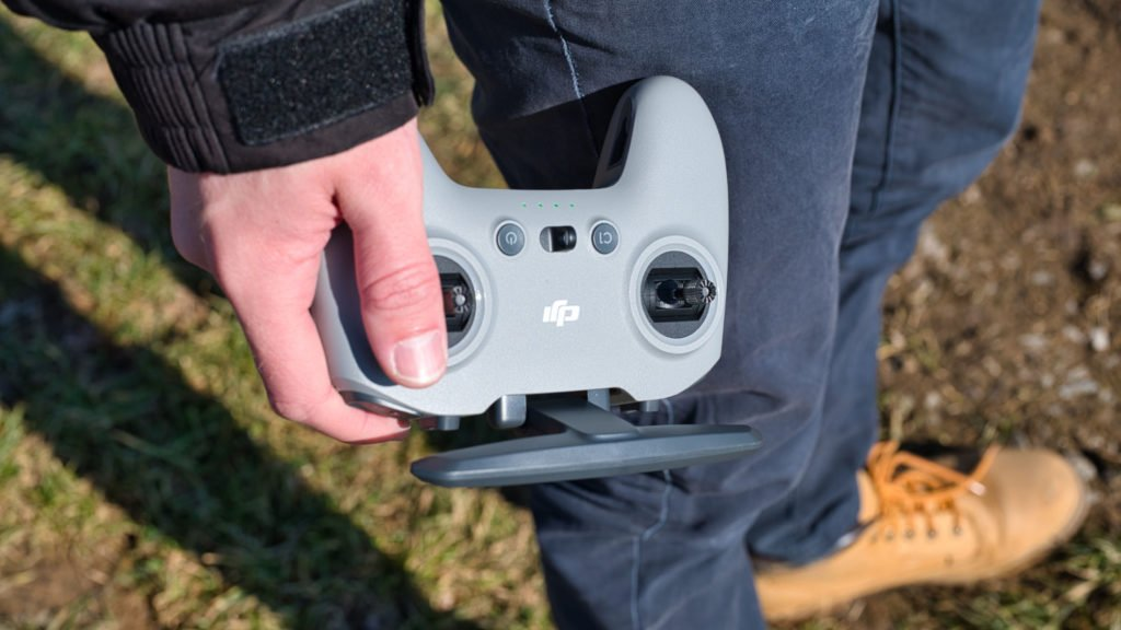Der DJI FPV Controller V2 in der Hand