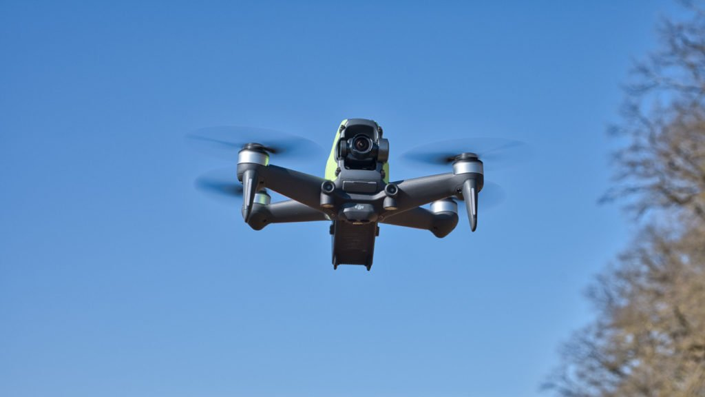 Die DJI FPV Drohne im Flug - Front