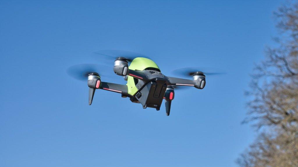 Die DJI FPV Drohne im Flug - Rückseite