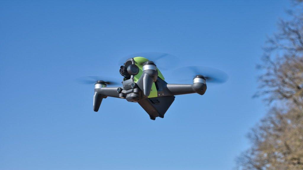 Die DJI FPV Drohne im Flug - Schräg von der Seite