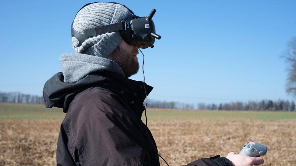 FPV Goggles V2 und Motion Controller im Flug