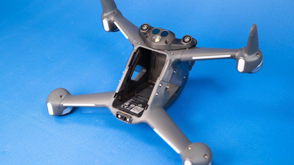 Ohne Akku wirkt die DJI FPV Drohne nackt