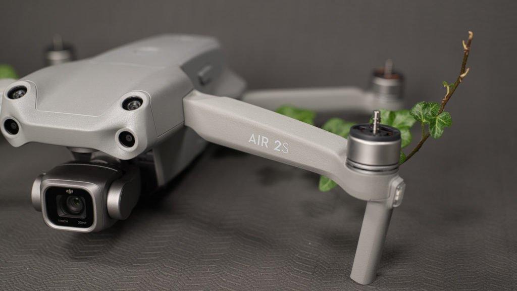 Das Air 2S Logo trägt die Drohne stolz auf ihrem Vorderarm