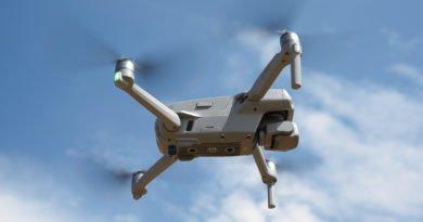 Die neue Drohne von der Seite im Flug