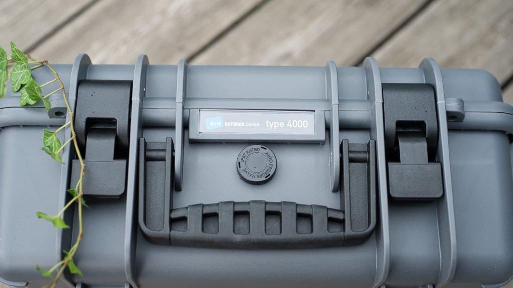 Automatischer Druckausgleich an der Front des Koffers